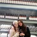 בצילום: העיתונאיות רות רונשטיין והדר אוקנין בחנות Pomegranate