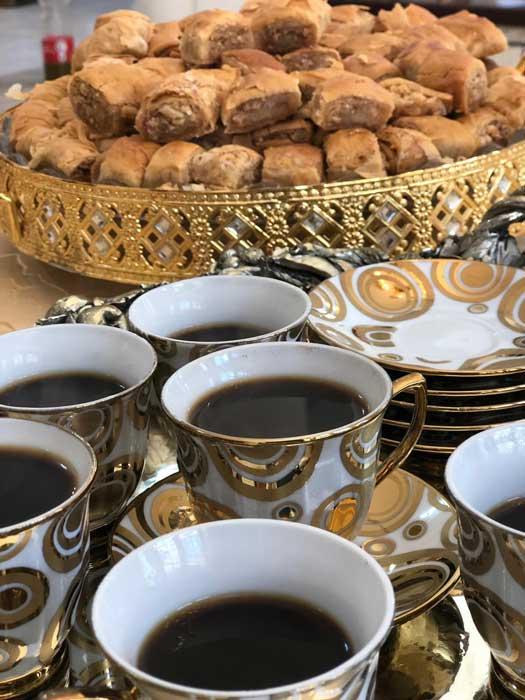 דוריס חיפאווי מארחת בביתה,קפה, בקלאווה וסיפור. תיירות מקומית ביפו, המלצה של רות, ההמלצה שלי רות ברונשטיין, נכנס קפה יצרא סיפור